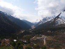 Vägtur till den Yumthang dalen, Sikkim INDIEN, 15th APRIL 2013: Y Arkivfoton