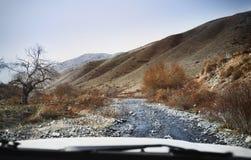 Vägtur till och med kullarna och bergen fotografering för bildbyråer