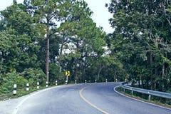 Vägväg Asphalt Right Turn Mountains Landscape arkivbilder