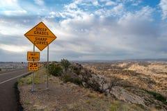 Vägvägvisare för en slingrig väg, Utah fotografering för bildbyråer