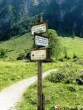 Vägvisare i Bayern på Koenigssee Arkivfoto