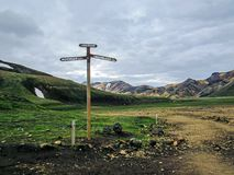 Vägvisare Laugavegur för fotvandra slinga i Landmannalaugar bredvid det Laugahraun lavafältet, Island arkivfoton
