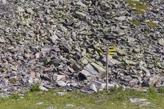 Vägvisare med stenbakgrund Arkivbild