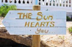 Vägvisare med texten solhjärtorna dig Fotografering för Bildbyråer