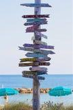 Vägvisare på Key West som runt om världen pekar till ställen Royaltyfri Fotografi