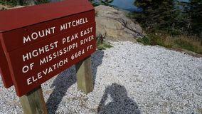 Vägvisare på Mt Mitchell Peak i Marion NC Royaltyfri Bild