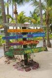 Vägvisare på rompunkt som indikerar viktiga Hurricanes som verkställer Caribbeans och Caymanöarna Fotografering för Bildbyråer