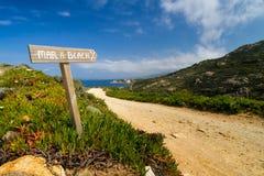 Vägvisare som pekar till stranden på La Revellata i Korsika Royaltyfria Foton