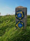 VägvisareAnglesey kust- bana, Wales, UK Arkivbild