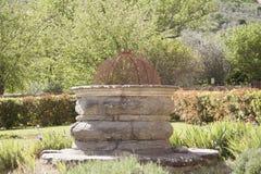 Väl i den trädgårds- abbotskloster av Sant ` Antimo Castelnuovo Abate Montalcino Siena Tuscany Italywell i den trädgårds- abbotsk Royaltyfri Bild