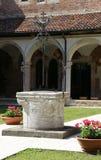 väl i en kloster i den forntida kloster av munkarna i Ita Arkivfoton