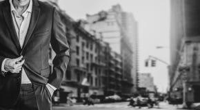 Väl påkläddaffärsmananseende på den upptagna gatan i New York arkivbilder