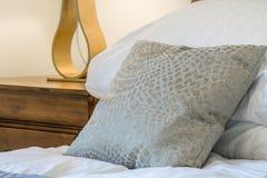 Väl till mods kudde i ett sovrum Arkivbilder
