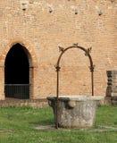 väl till mot efterkrav regnvatten i den Pomposa abbotskloster i Italien Royaltyfri Bild