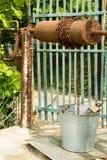 Väl vatten och en hink på en kedja Fotografering för Bildbyråer