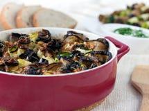 Välfylld aubergine och zucchinin rullar i rött Arkivbild