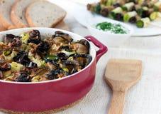 Välfylld aubergine och zucchinin rullar i rött Royaltyfria Bilder