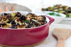 Välfylld aubergine och zucchinin rullar i rött Royaltyfri Fotografi