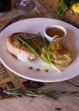 Välfylld höna med mosade potatisar arkivbild