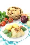 Välfylld kål med potatisar och tomaten Arkivbilder