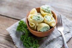 Välfylld lumaconi med ost Royaltyfri Fotografi