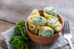Välfylld lumaconi med ost Arkivbild