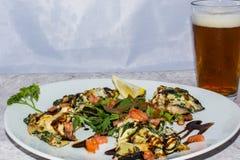 Välfylld Portobello champinjon med öl Arkivfoton