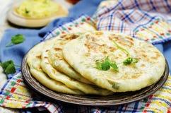 Välfylld tunnbröd för indisk potatis arkivbilder