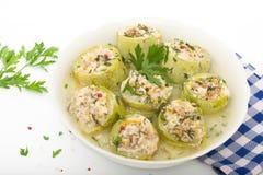 Välfylld zucchini med ris, köttfärs och grönsaker Arkivfoto