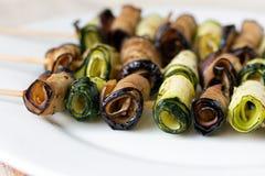 Välfyllda aubergine- och zucchinirullar Fotografering för Bildbyråer