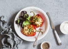 Välfyllda bakade spanska peppar för Quinoa Den sunda vegetarian bantar matbegrepp Royaltyfri Bild