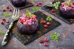 Välfyllda beta med ost och granatäpplet bönagurkor besegrar nya stekte vegetariska märgtomater Arkivbild