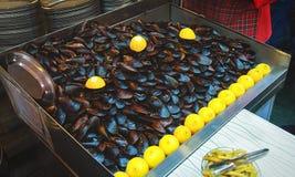 Välfyllda musslor och citroner i Istanbul Arkivbild