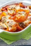 Välfyllda pastaskal med kött Royaltyfria Bilder