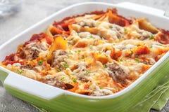 Välfyllda pastaskal med kött Fotografering för Bildbyråer