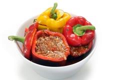 Välfyllda peppar ordnar till för ugnen Arkivfoton