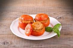 Välfyllda tomater på en vit platta fotografering för bildbyråer