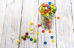 Välfyllt exponeringsglas Fullsatt exponeringsglas Många mång--färgade sötsaker Arkivfoton