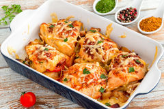 Välfyllt fegt bröst med skinka, ost, tomater Royaltyfria Bilder