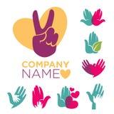 Välgörenhetföretagsemblem ställde in med färgrika mänskliga händer vektor illustrationer