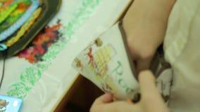 Välgörenhetmässa som söker efter pengar i handväskan arkivfilmer