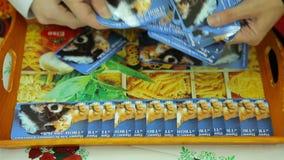 Välgörenhetmässan, lägger ut korten på ett magasin arkivfilmer