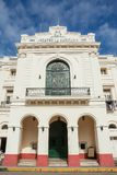 Välgörenhetteater i centret av Santa Clara i Kuba royaltyfria foton
