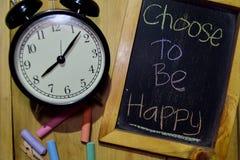 Välj att vara lyckligt på färgrikt handskrivet för uttryck på den svart tavlan arkivbild