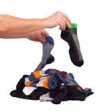Välj av osorterade sockor för hög. Isolerat på vit Arkivfoton