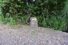 Välj den högra banan, riktningstecken på en naturlig slinga Fotografering för Bildbyråer