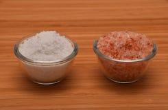 Välj ditt salt - Himalayan eller vagga salt (sidosikten) på trä Royaltyfri Foto