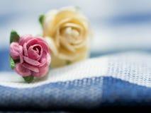 Välj fokusen på rosa konstgjorda blommor konstgjorda blommor för rosa färger som och för guling göras av pappers- och förläggas p Royaltyfri Foto