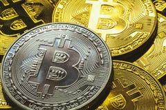 Välj nära övre för fokus en bunt av silver- och guldbitcoins med guld- bakgrund och affär och finansiera begreppet Arkivbild