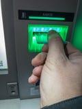 Välj upp pengar på bankomaten Royaltyfri Bild